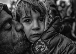 25_03_2016 Eidoméni, confine Grecia_Macedonia. E' un fiume di anime quello che sta attraversando a piedi mezza Europa. Difficile stimare le persone rimaste al campo di Eidomeni, ma si aggirano tra le 12.000 e le 15.000. Senza più nessuna speranza di passare, la maggior parte di loro è semplicemente bloccata senza che ci sia modo di proseguire. La pioggia e la chiusura definitiva del confine hanno fatto si che molte persone lasciassero il campo. Alcune sono andate verso l'Albania dove, sul confine con la Grecia, sembrano esserci circa 1.000 persone bloccate dalla polizia. Tutti cercano legna da ardere per riscaldarsi davanti alle migliaia e migliaia di tendine estive affondate nel fango. La quantità di arrivi, che continuano, è notevole ma nessuno tiene più i conti. Ci sono migliaia di bambini, una situazione oltre ogni limite umano. Fotografie di Antonio Gibotta Agenzia Controluce. Idomeni, bordering Greece -Macedonia. 25_03_2016 Eidoméni, confine Grecia_Macedonia. It 'a river of souls that is going through walk over Europe. Difficult to estimate the people left the camp at Eidomeni, but hovering between 12,000 and 15,000. Without any hope of passing, the most of them is simply locked without that there is a way to continue. The rain and the definitive closure of the border has made that many people leave the camp. Some went to Albania where, on the border with Greece, there appear to be about 1,000 people stranded by the police. Everyone is looking for firewood to keep warm in front of thousands and thousands of sunken summer tendon in the mud. The number of arrivals, which continue, is substantial but no longer holds accounts. There are thousands of children, a situation beyond all human limits.  Photography by Antonio Gibotta  agency Controluce