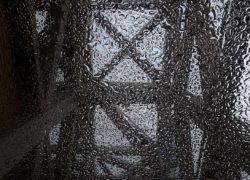 attraverso un vetro bagnato